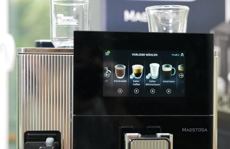 Das Display des Kaffeevollautomaten Maestosa von DeLonghi lässt sich ausklappen